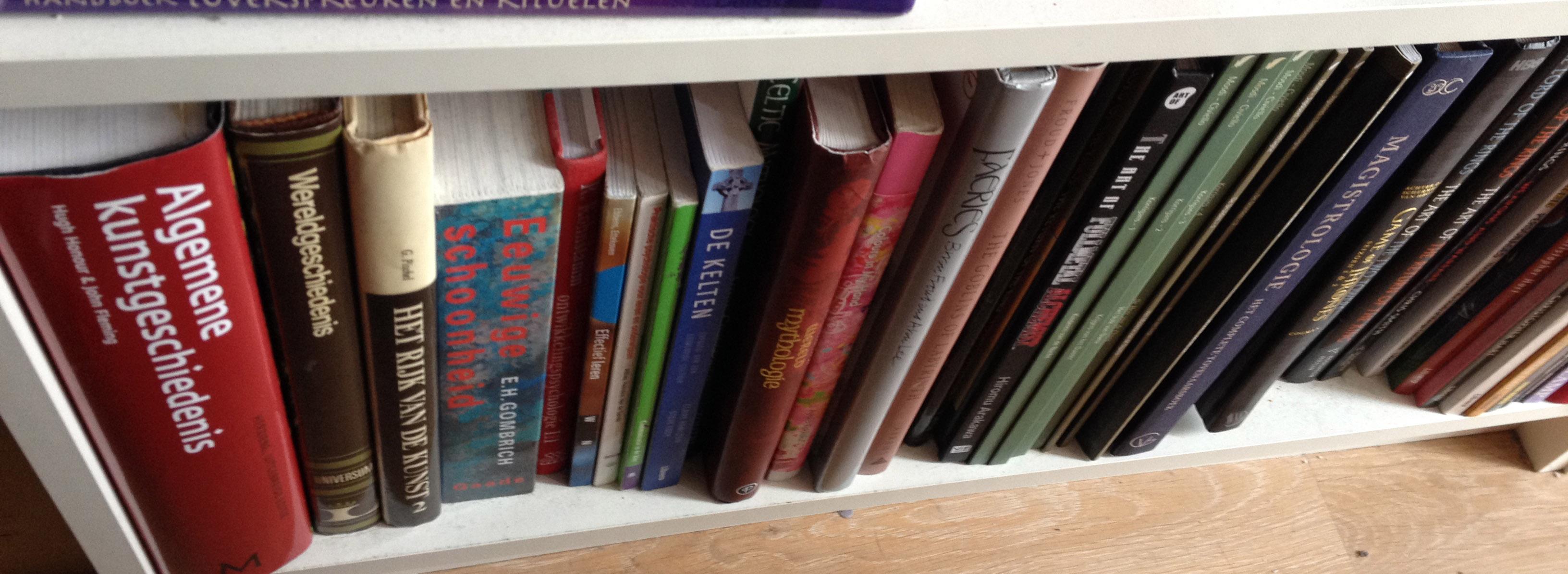 Hierboven Zie Je Een Plank Met Naslagwerken En Graphic Novels..Ook Mijn  (kunst)historische Boeken Staan Er Tussen. Hier Staan Echt Wat Super Mooie  Boeken ...